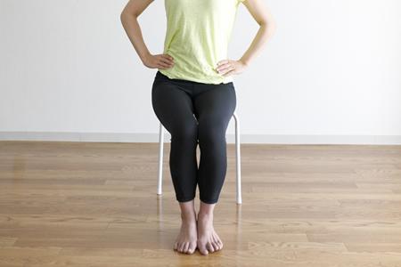 椅子に座ったままできる骨盤ストレッチ