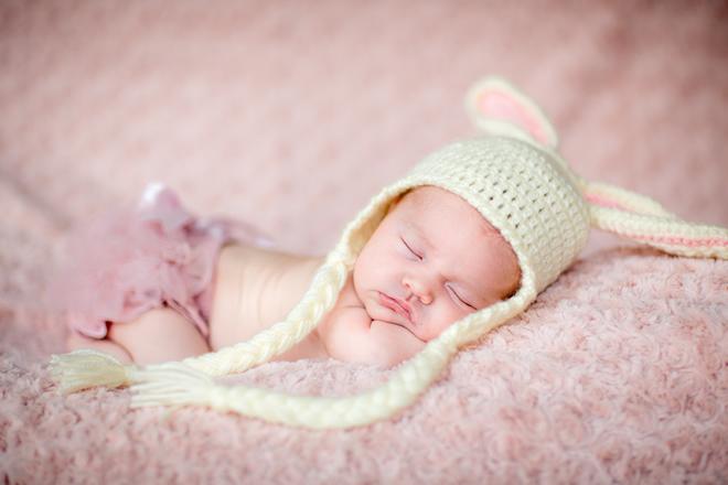 生後すぐの新生児から生後1ヶ月の赤ちゃんの特徴や悩みについて