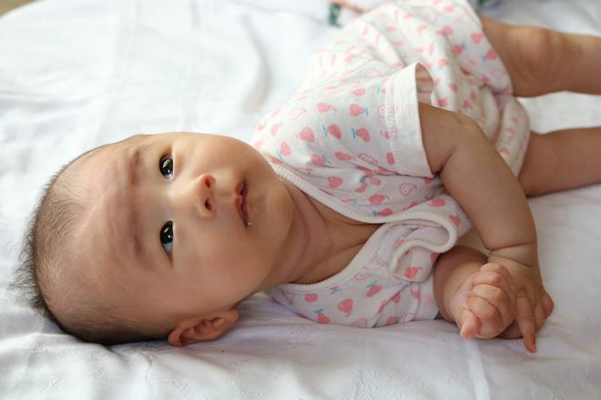 赤ちゃんの寝返りデビューはいつ?目安や練習は必要!?